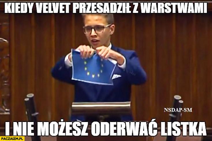 Kiedy Velvet przesadził z warstwami i nie możesz oderwać listka dzieciak chłopak drze flagę UE Unii Europejskiej w sejmie