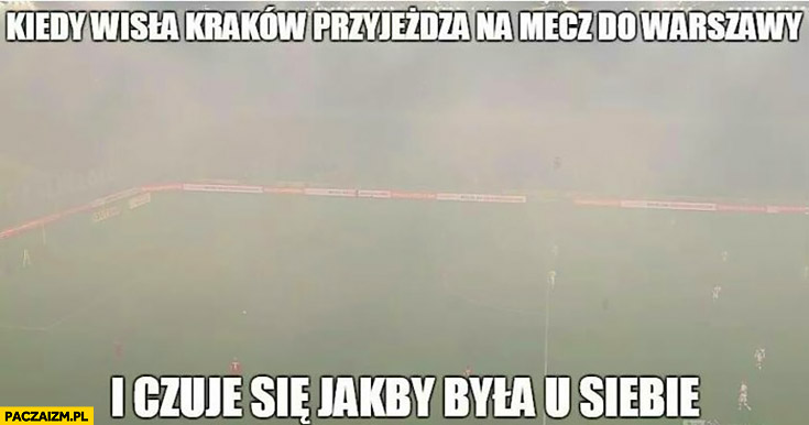 Kiedy Wisła Kraków przyjeżdża na mecz do Warszawy i czuje się jakby była u siebie dym nadymione smog