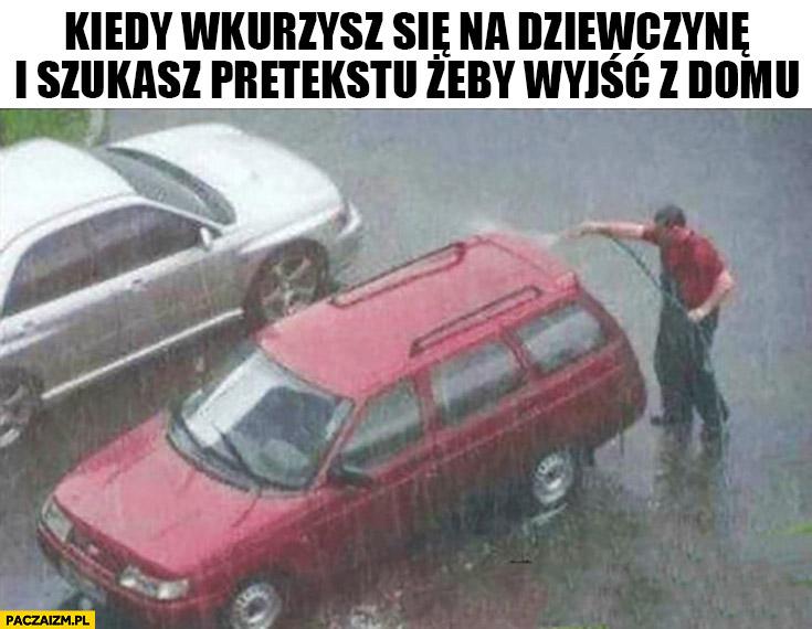 Kiedy wkurwisz się na dziewczynę i szukasz pretekstu żeby wyjść z domu. Myje samochód w deszczu