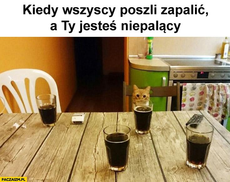 Kiedy wszyscy poszli zapalić a Ty jesteś niepalący kot przy stole sam