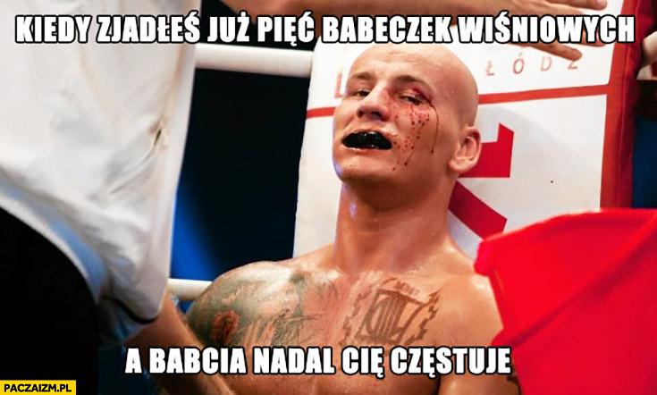Kiedy zjadłeś już pięć babeczek wiśniowych a babcia nadal Cię częstuje Szpila Szpilka