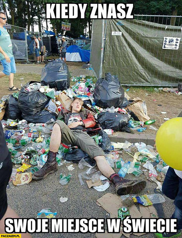 Kiedy znasz swoje miejsce w świecie gość chłopak leży w śmieciach na Woodstocku
