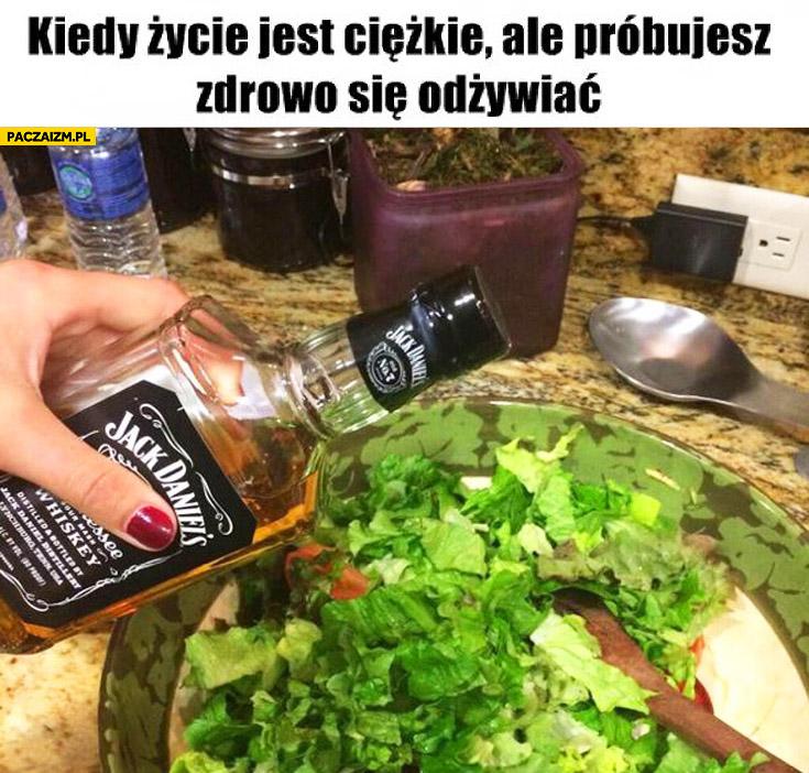 Kiedy życie jest ciężkie ale próbujesz się zdrowo odżywiać sałatka Jack Daniels