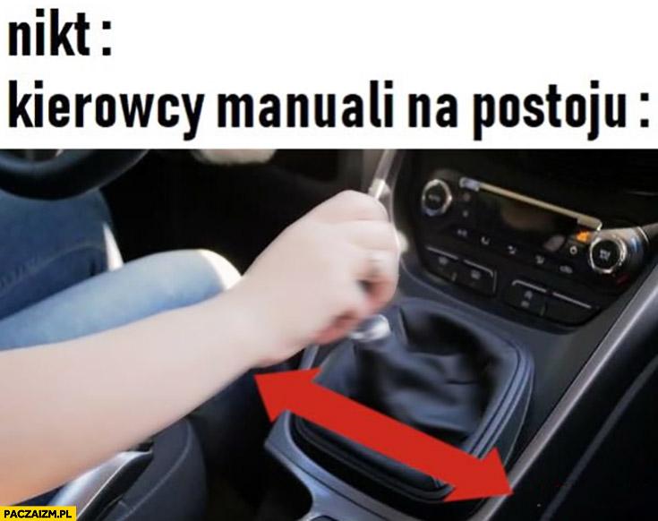 Kierowcy manuali na postoju ruszają dźwignia na boki lewo prawo