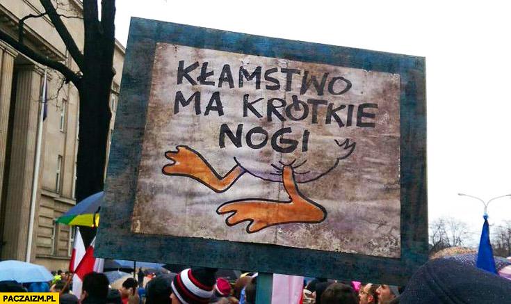 Kłamstwo ma krótkie nogi kaczka Kaczyński transparent demonstracja KOD