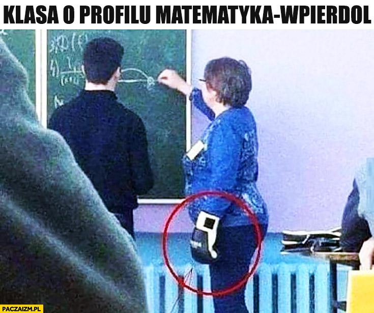 Klasa o profilu matematyka wpierdziel nauczycielka z rękawicą bokserską