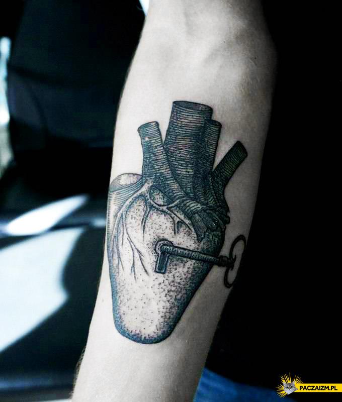 Klucz do serca mężczyzny tatuaż