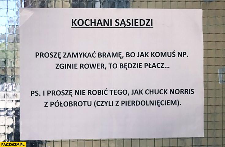 Kochani sąsiedzi proszę zamykać bramę i proszę nie robić tego jak Chuck Norris z półobrotu czyli z pierdolnięciem napis kartka ogłoszenie