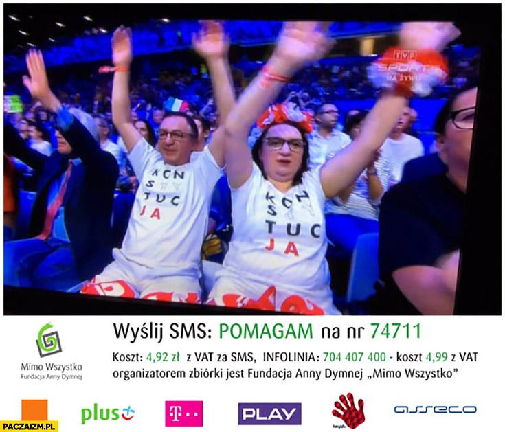 KOD KODowcy KODziarze na meczu siatkówki w koszulkach konstytucja wyślij SMS o treści pomagam