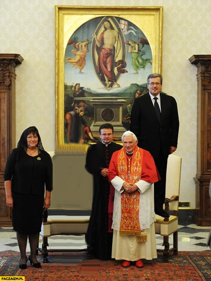 Komorowski stoi na fotelu krześle Watykan Papież