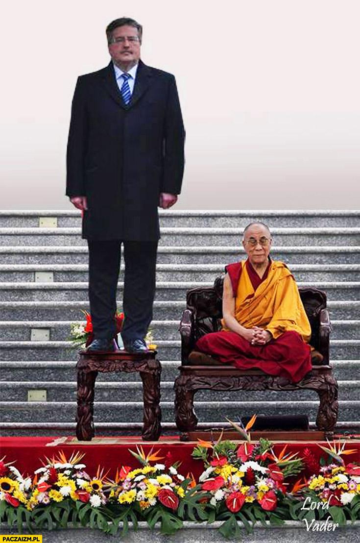 Komorowski stoi na krześle Dalajlama
