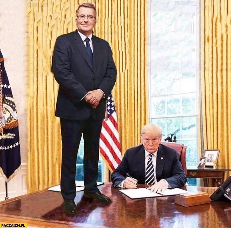 Komorowski u Trumpa stoi na biurku przeróbka photoshop