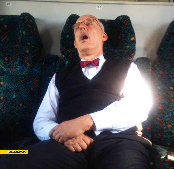 Korwin Mikke śpi w pociągu PKP