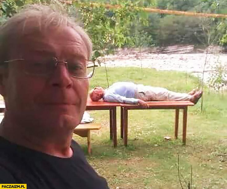 Korwin śpi na stole podczas wizyty w Czeczenii zdjęcie z twittera