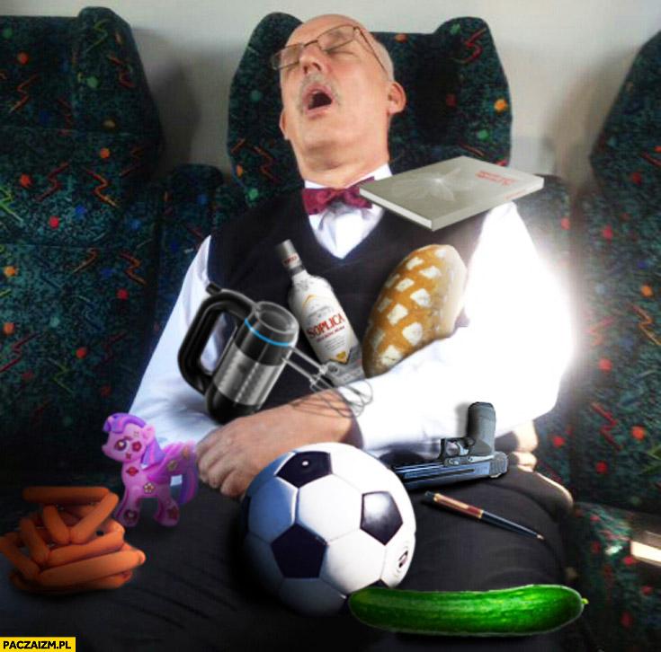 Korwin śpi w pociągu PKP zawalony gratami przedmiotami przeróbka