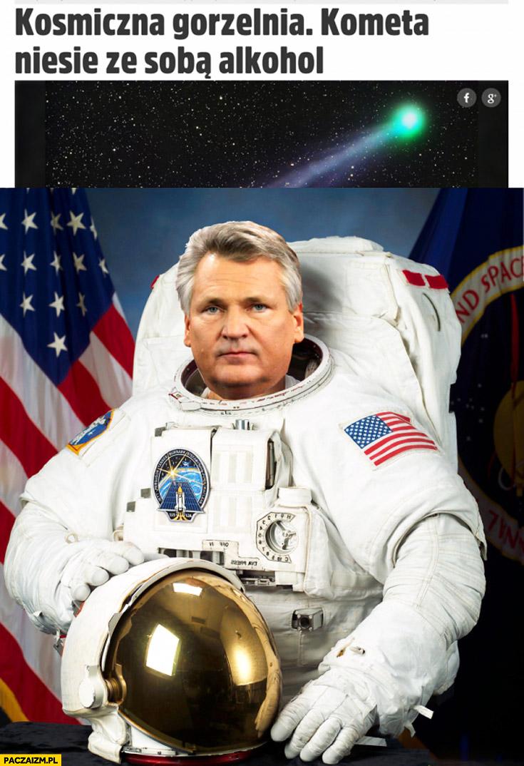 Kosmiczna gorzelnia kometa niesie ze sobą alkohol Kwaśniewski kosmonauta astronauta w kombinezonie