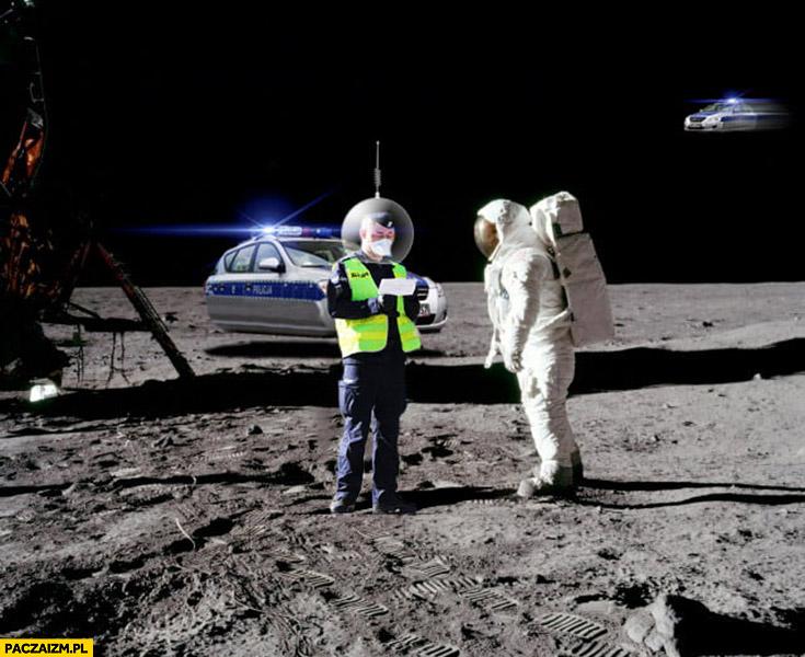 Kosmonauta astronauta dostaje mandat od polskiej policji na księżycu