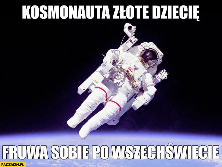 Kosmonauta złote dziecię fruwa sobie po wszechświecie