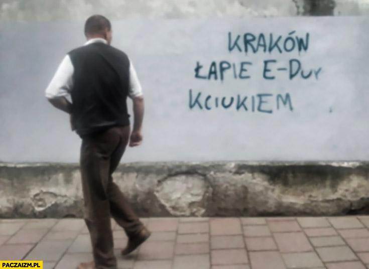 Kraków łapie e-dur kciukiem napis na murze