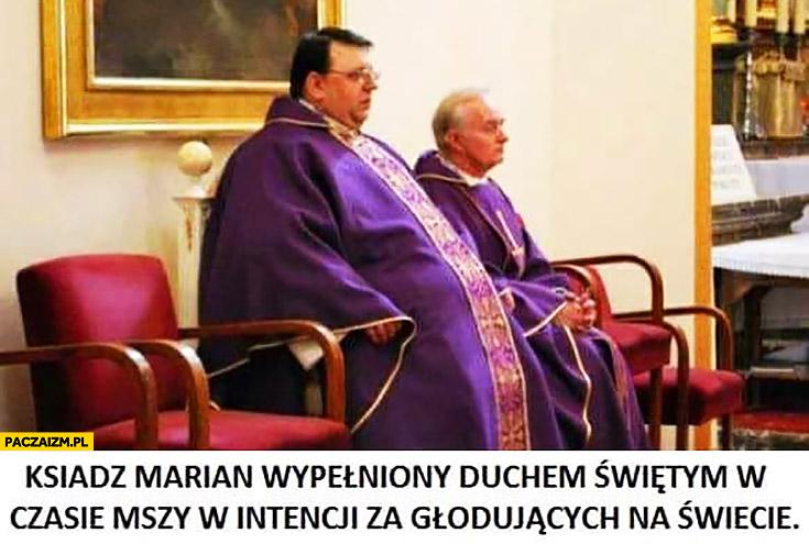 Ksiądz marian wypełniony duchem świętym w czasie mszy w intencji za głodujących na świecie gruby grubas