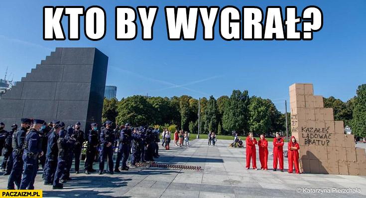Kto by wygrał pomnik smoleński policja czy pomnik z kartonu opozycja protestujący?