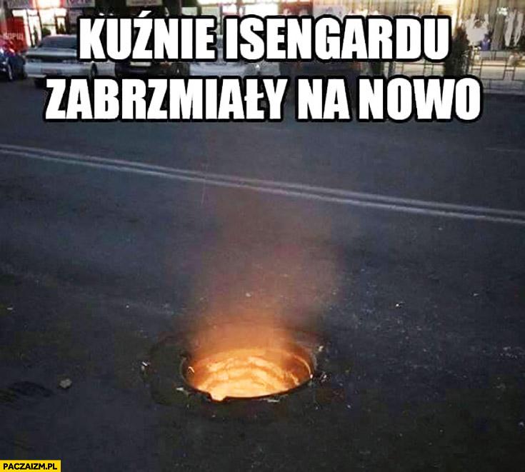 Kuźnie Isengardu zabrzmiały na nowo studzienka kanalizacyjna