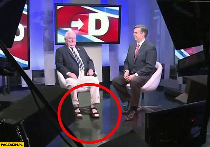 Lech Wałęsa sandały białe skarpetki udziela wywiadu w telewizji