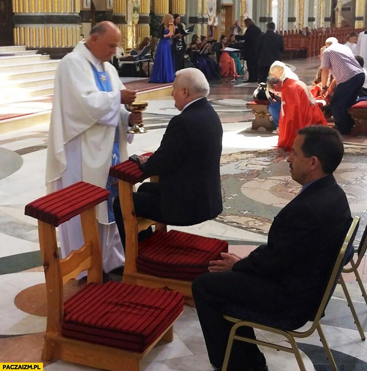 Lech Wałęsa w kościele siedzi na klęczniku