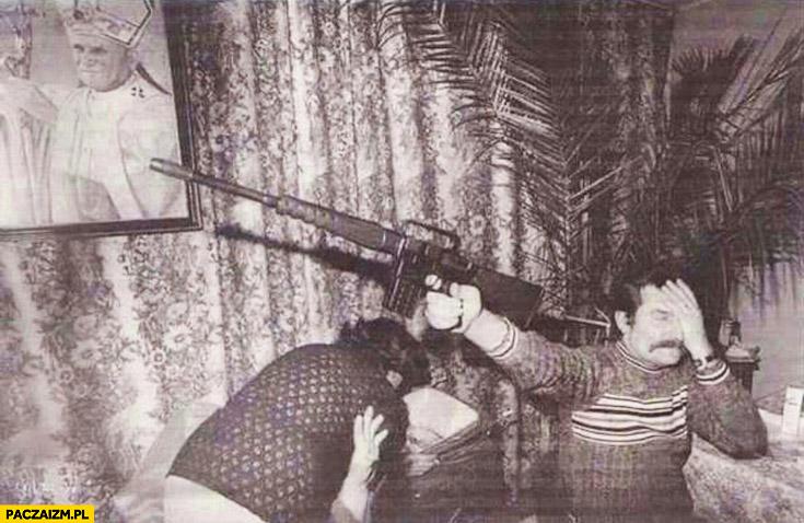 Lech Wałęsa z karabinem zdjęcie zakrywa oko celuje w obraz papieża