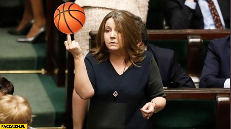 Lichocka piłka do koszykówki pokazuje środkowy palec w sejmie przeróbka