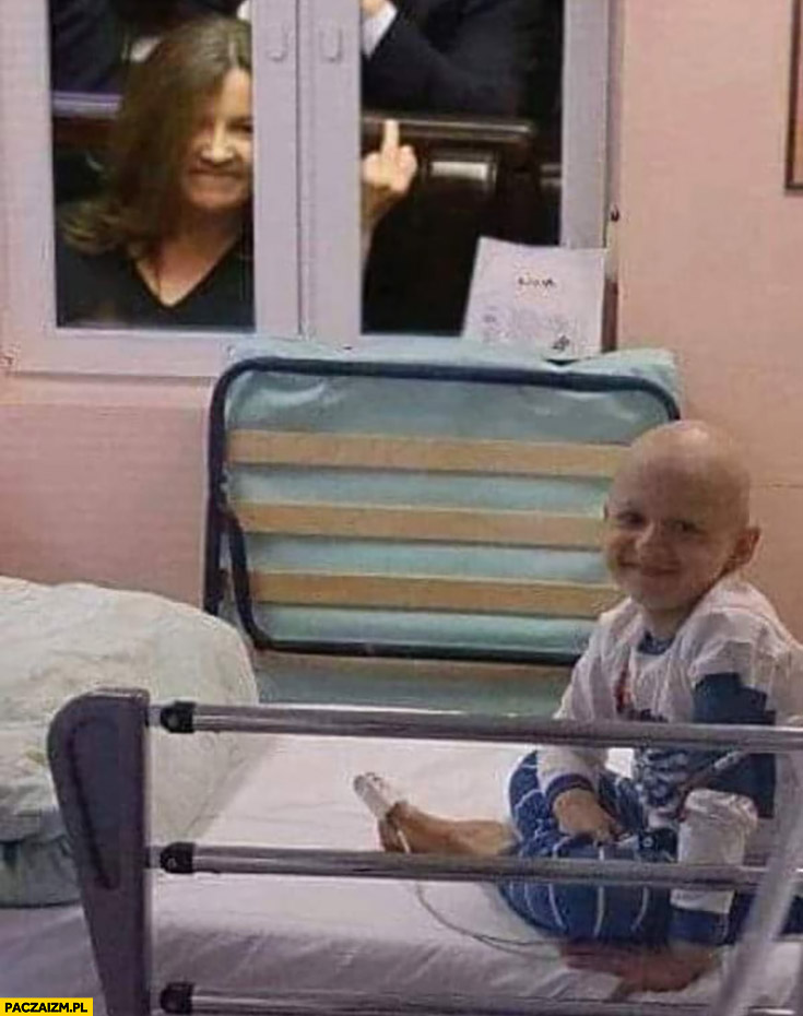 Lichocka pokazuje faka środkowy palec przez szybę choremu dziecku na onkologii