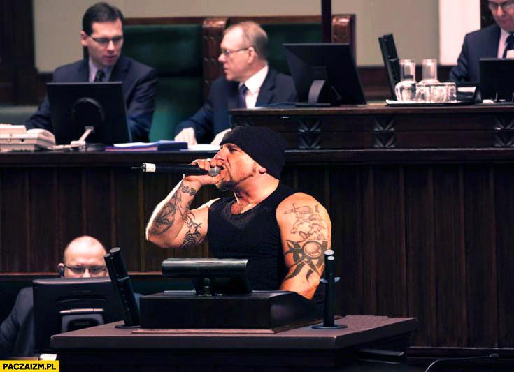 Liroy w polskim parlamencie sejmie z mikrofonem przeróbka photoshop