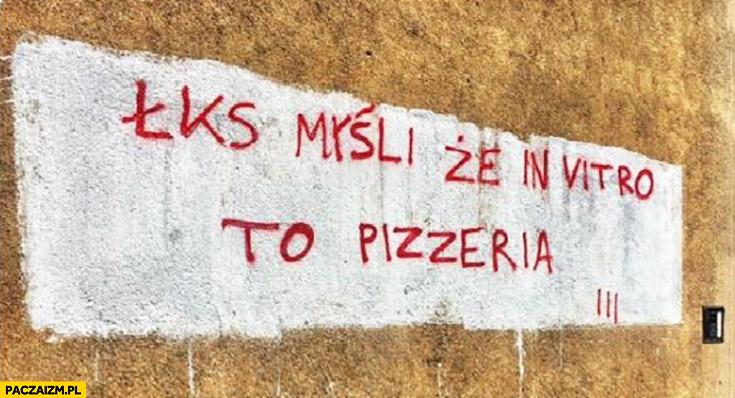 ŁKS myśli że in vitro to pizzeria. Napis na murze