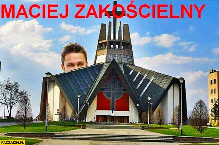 Maciej Zakościelny za kościołem