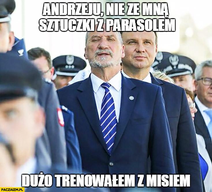 Macierewicz Andrzeju nie ze mną sztuczki z parasolem dużo trenowałem z Misiem