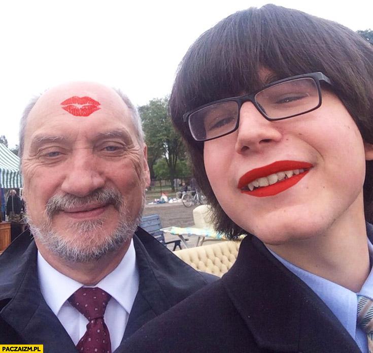 Macierewicz Janniger buziak całus malinka na czole szminka