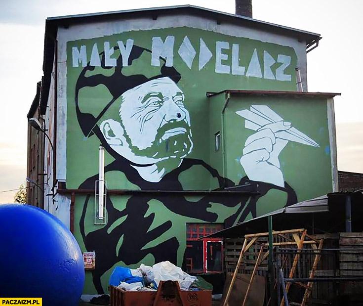 Macierewicz mały modelarz mural graffiti w Gdańsku modelarz z samolotem papierowym