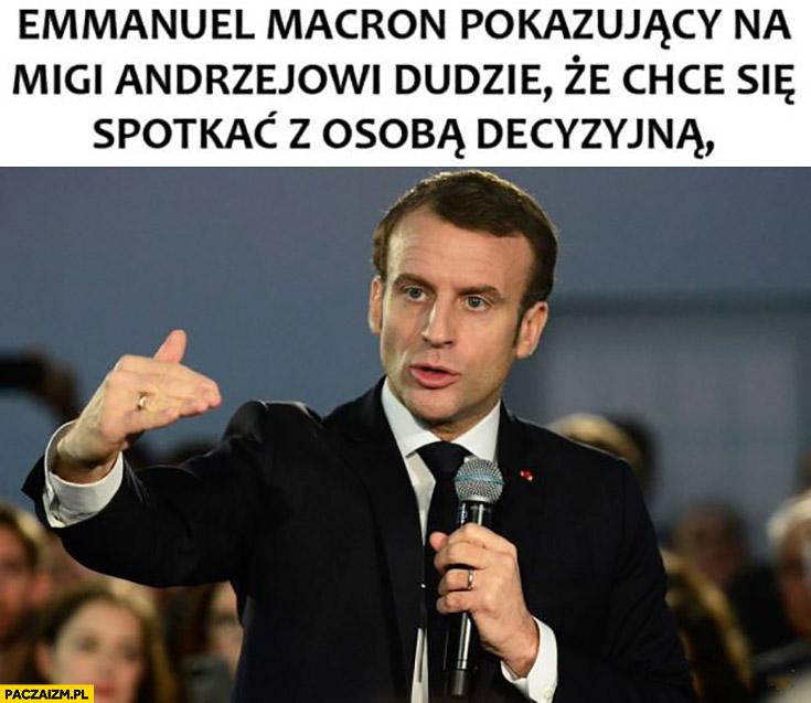 Macron pokazujący na migi Andrzejowi Dudzie, że chce się spotkać z osobą decyzyjną karzeł karakan Kaczyński