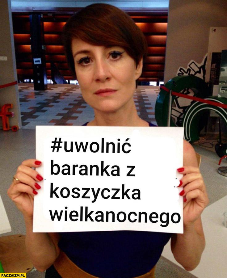 Maja Ostaszewska uwolnić baranka z koszyczka wielkanocnego protest kartka napis