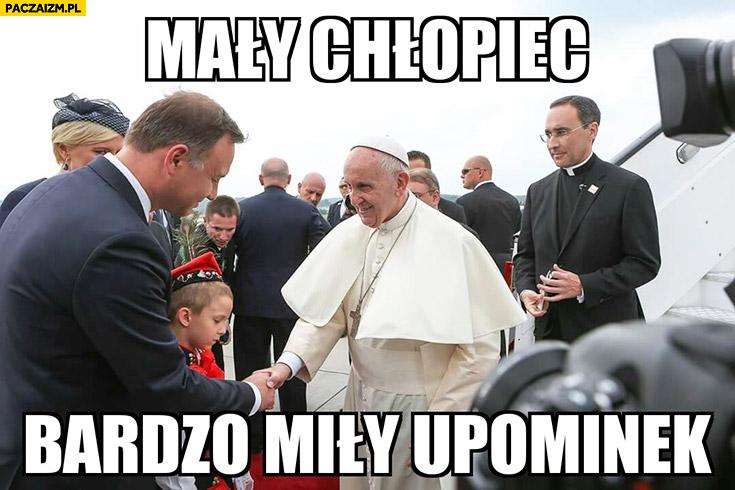Mały chłopiec bardzo miły upominek Papież Franciszek Andrzej Duda