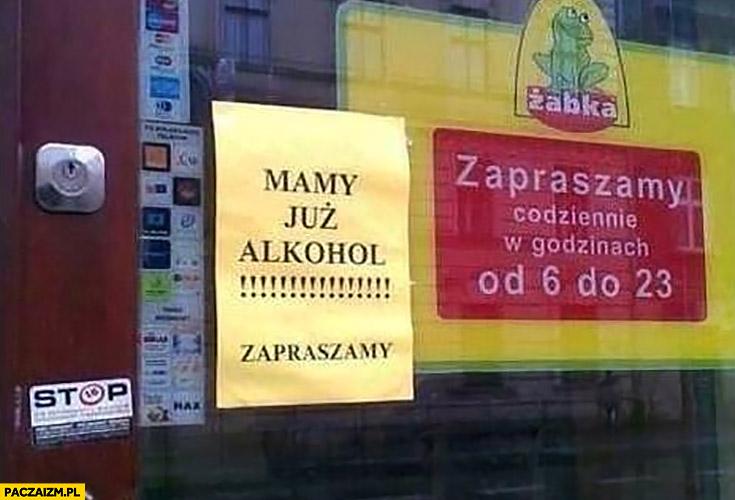Mamy już alkohol zapraszamy Żabka kartka napis ogłoszenie na drzwiach sklepu
