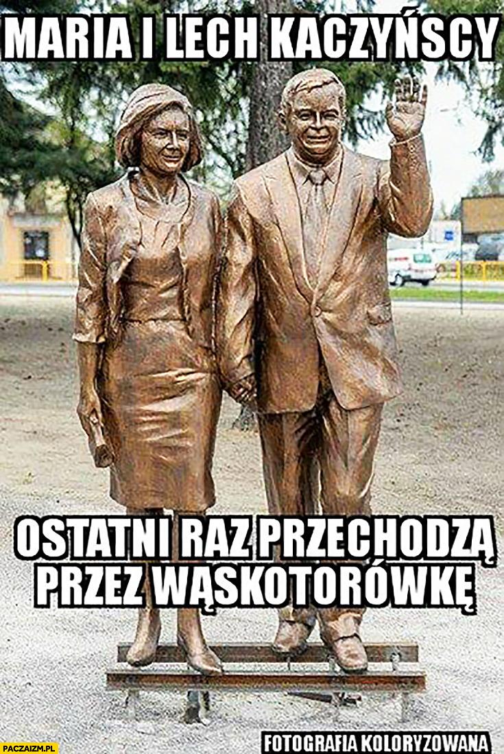 Maria i Lech Kaczyński ostatni raz przechodzą przez wąskotorówkę tory rzeźba pomnik
