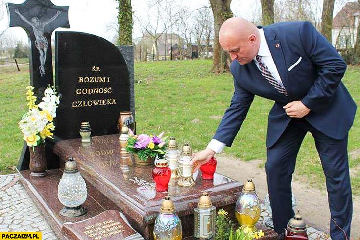Marian Kowalski składa znicz na grobie rozum i godność człowieka