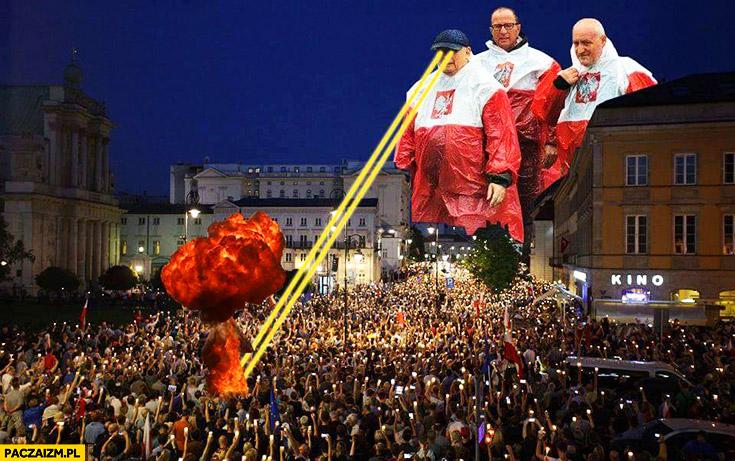 Marsz protest opozycji wielki Kaczyński potwór laserowy płaszcz kurtka peleryna przeciwdeszczowa flaga polski przeróbka