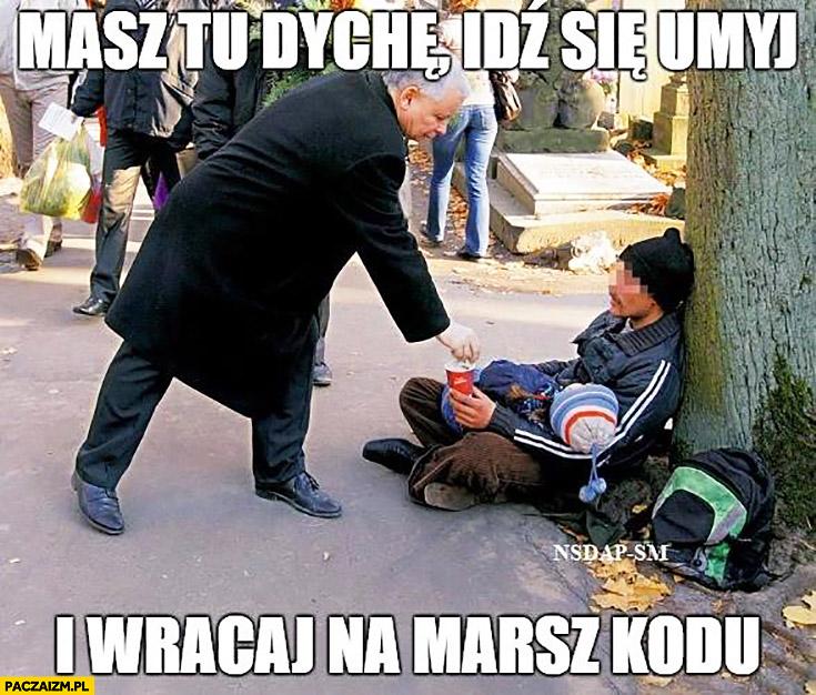 Masz tu dychę, idź się umyj i wracaj na marsz KODu. Kaczyński daje pieniądze bezdomnemu