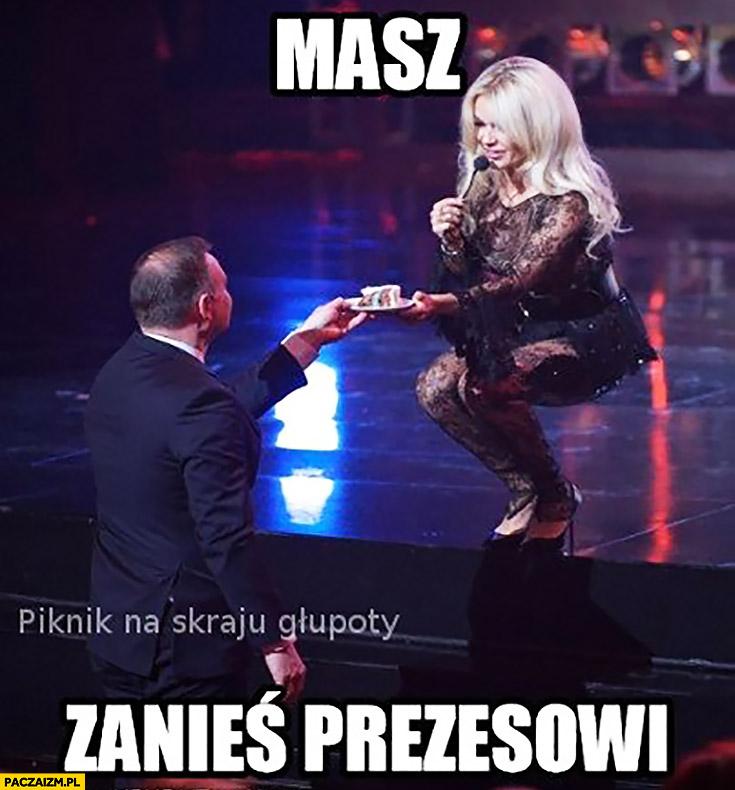 Masz zanieś prezesowi Kaczyńskiemu Doda wręcza tort Andrzejowi Dudzie