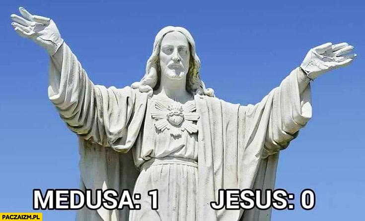 Medusa: 1, Jezus: 0 zamieniony w kamień posąg
