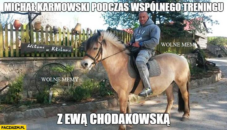 Michał Karmowski podczas wspólnego treningu z Ewą Chodakowską na koniu