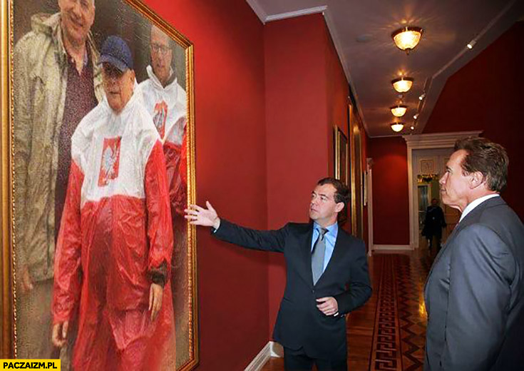 Miedwiediew pokazuje Schwarzeneggerowi obraz Kaczyński płaszcz kurtka peleryna przeciwdeszczowa flaga polski przeróbka