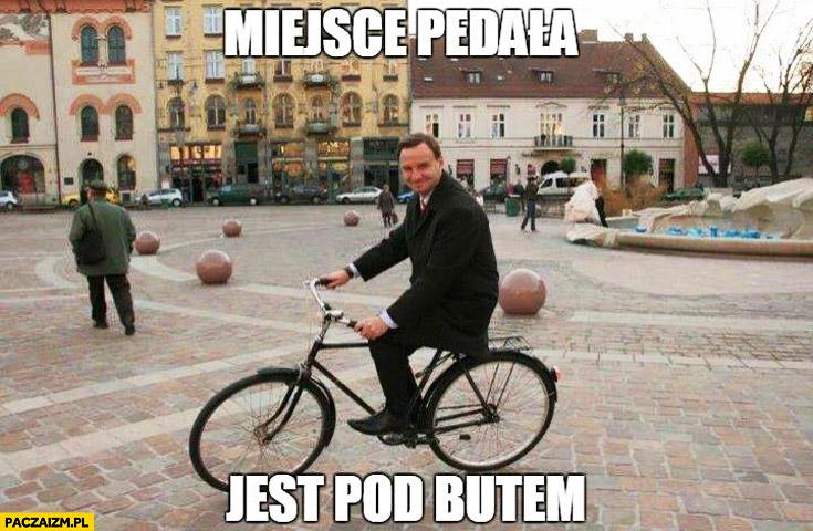 Miejsce pedała jest pod butem Andrzej Duda na rowerze